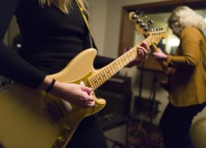 THE EASY WAY TO CHANGE YOUR ELECTRIC GUITAR STRINGS